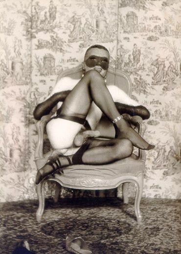 Pierre Molinier - Autoportrait fetiche a l'éperon d'amour sur le fauteuil